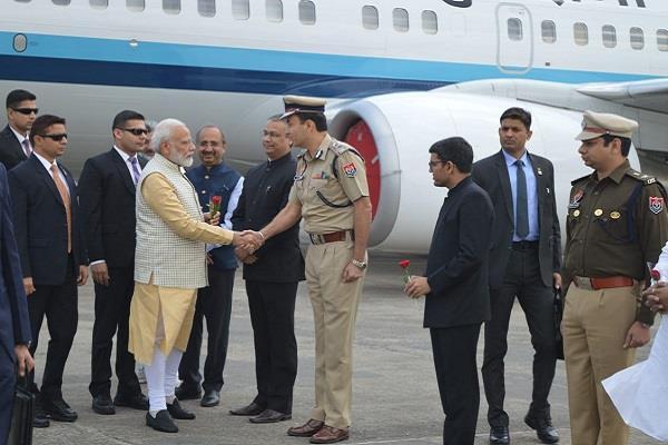 pm modi shake hands with ig parmar