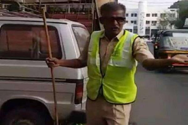sanitation worker creates awareness about cleanliness through songs