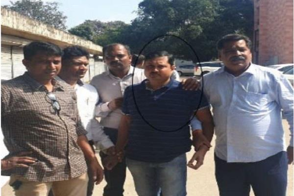 income tax inspector overcomes red handed taking bribe