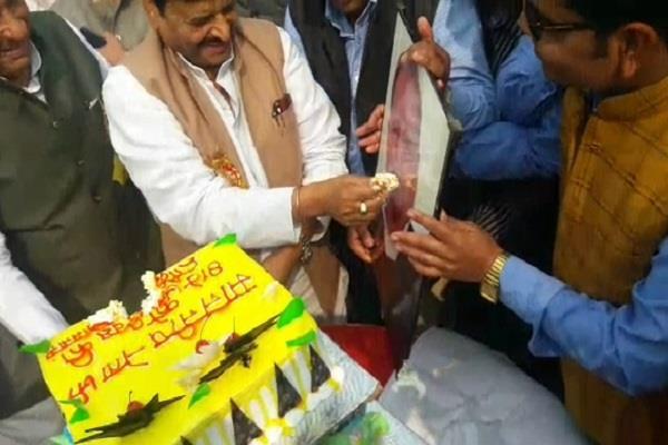 shivpal celebrates mulayam s birthday eradicates family rift at ram gopal