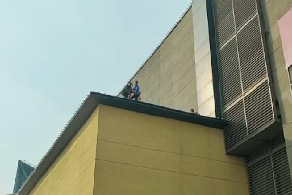suspicious employee s body found on the roof of dlf mall