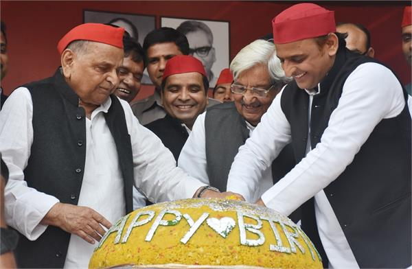 mulayam singh celebrated birthday by cutting cake in sp office