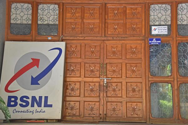 vrs can take 80 thousand employees of bsnl