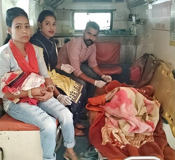 woman gave birth to a baby girl in ambulance