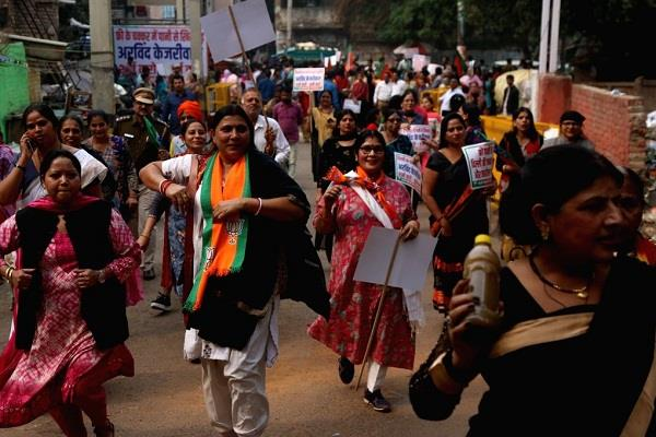 bjp mahila morcha demonstrated in front of delhi jal board headquarters