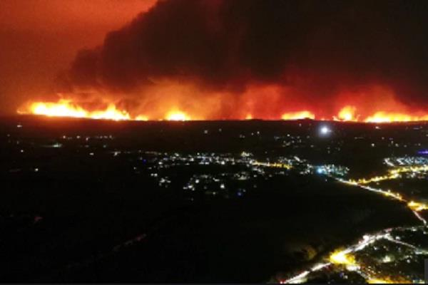 thousands trapped on australia beaches encircled by fire