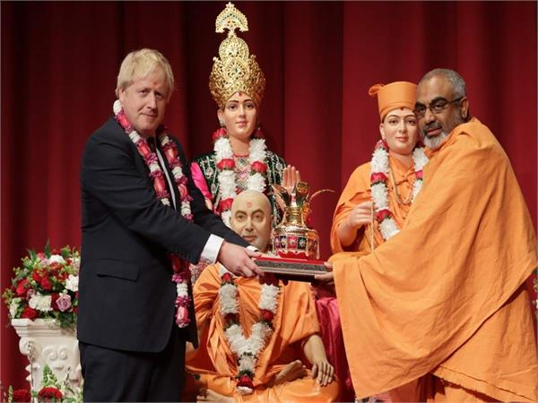 uk pm johnson visits hindu temple vows to partner with modi