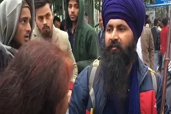sikh came forward to help jamia students on strike in the cold winter