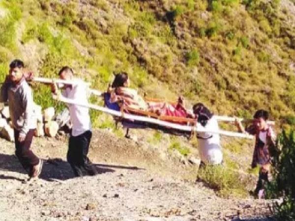 Pregnant woman transported from palanquin to hospital