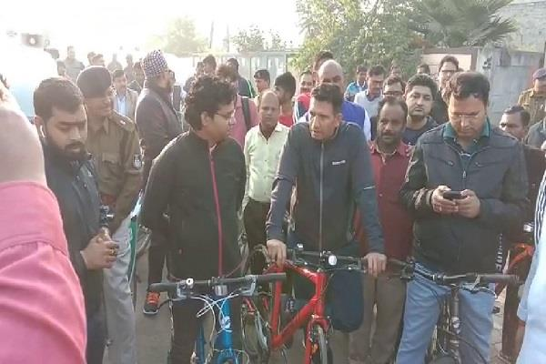 minister jeetu patwari visits from rajiv gandhi statue to rau by bicycle
