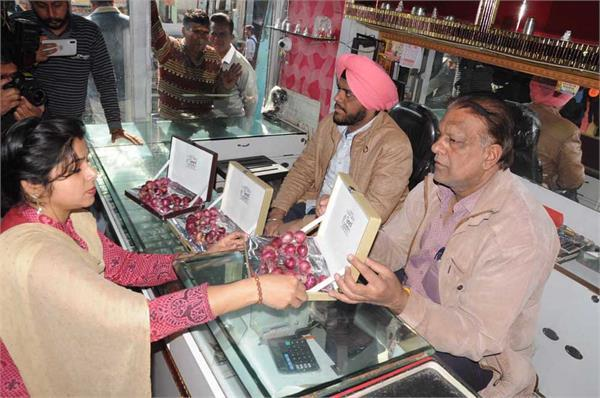 people buy onion from jeweler