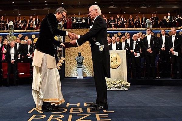 abhijeet banerjee arrives to take nobel prize in indian apparel