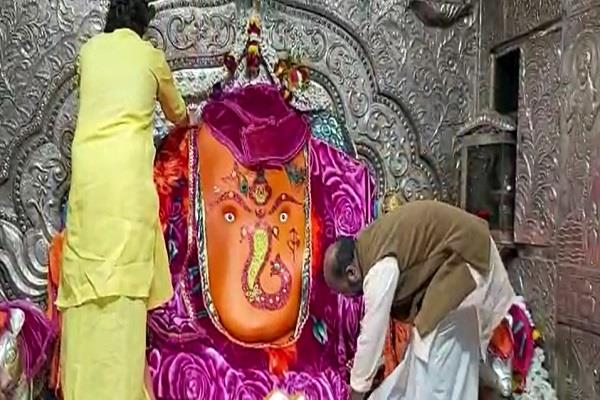 hot clothes are being worn in khajrana temple to protect god from cold
