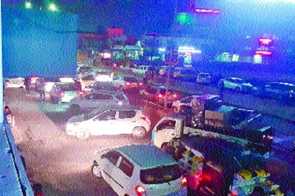 traffic  heavy rush  geeta festival saras