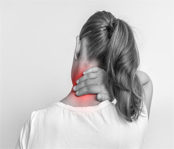 कमर और कंधे के दर्द से राहत दिलाएंगीहीट थेरेपी, ये चीजें भी आएंगी काम