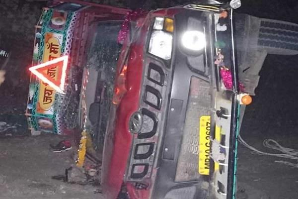 tragic accident 3 killed 12 injured as pickup overturns in khargone