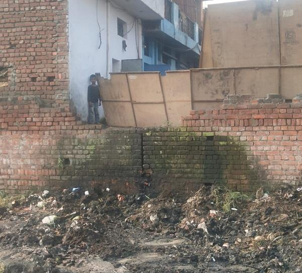 residents upset due to filth spread by factories