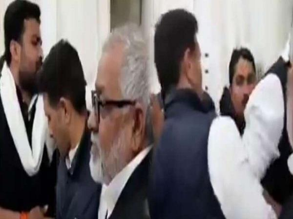 kamal nath s minister kicked the worker