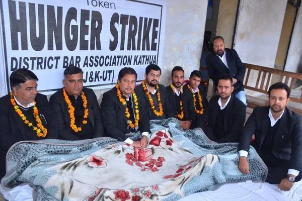 advocates on hunger strike despite rain and cold all day long