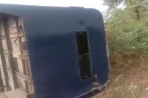 police vehicle crashes in khargone 10 policemen injured