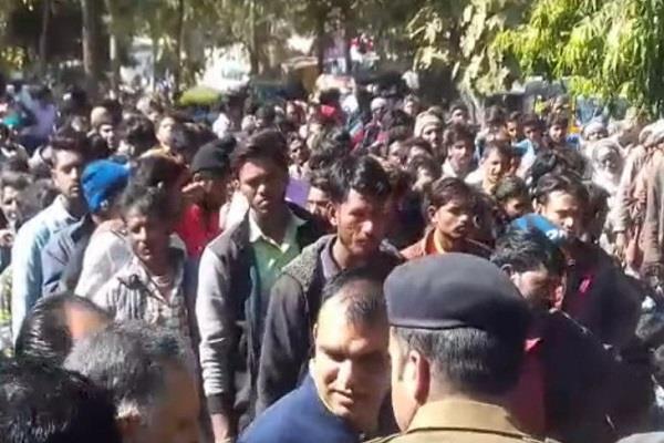 worried not urea farmers jamm highway withdrew tehsildar s assurance