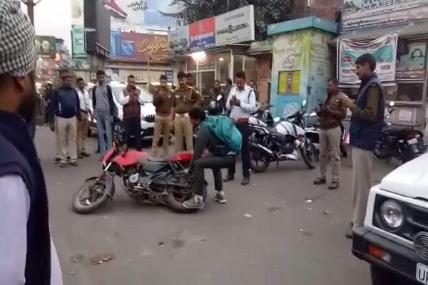 police cut the challan then the young man broke his own motorcycle video viral