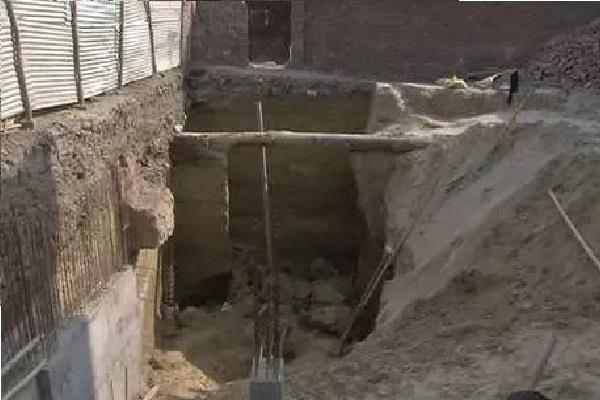 2 laborers injured by mud of building under construction
