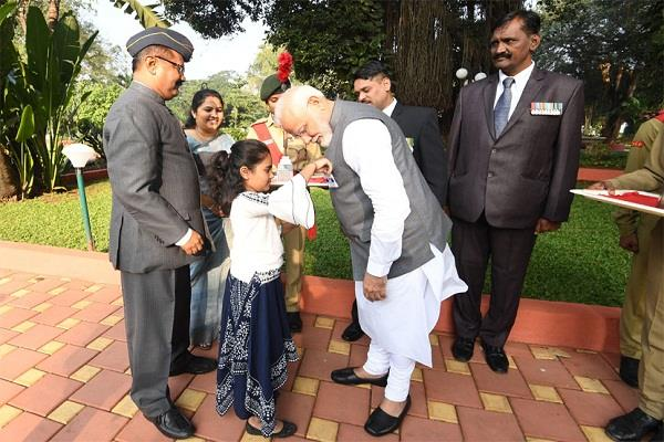 girl put the flag in pm modi s jacket the prime minister saluted the soldiers