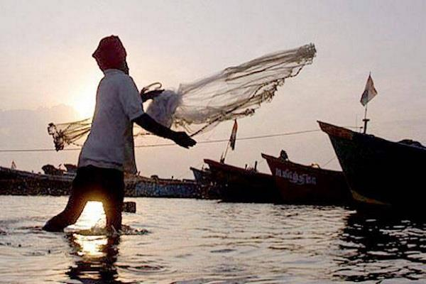 pak navy caught five indian fishermen