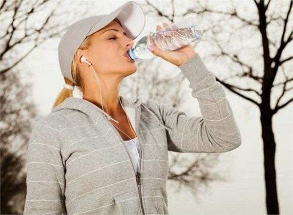 ठंड में नहीं पी पाते पानी तो खाते रहें ये आहार