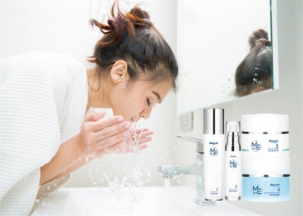 Face Wash करते वक्त लड़कियां अक्सर करती हैं ये 10 गलतियां