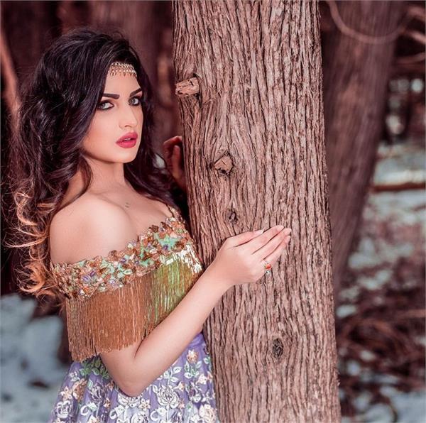 Glamour Alert! बॉलीवुड दीवाज से कम नहीं Himanshi Khurana का फैशन (See Pics)