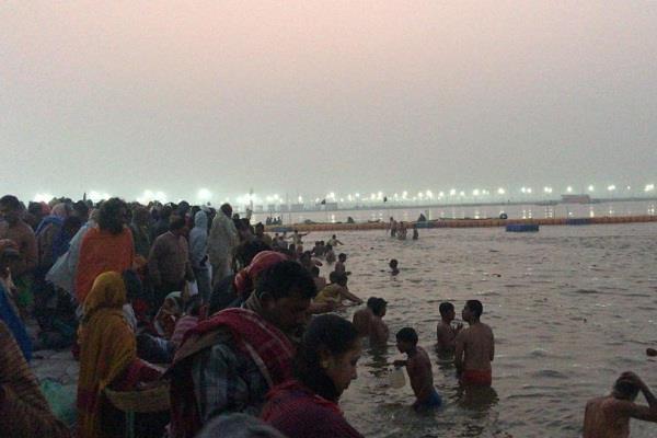 devotees take holy dip at triveni sangam on makar sankranti