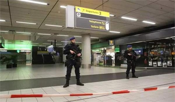 amsterdam airport departure area evacuated for bomb threat