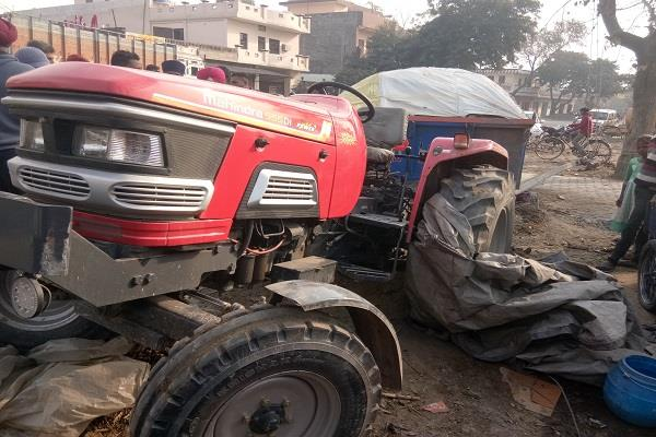 a tractor trolley full of sand collided with the poles