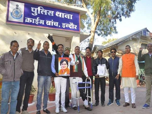 congress workers reaching station to write report against kailash vijayvargiya