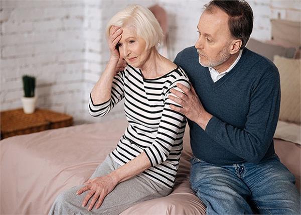 घर के सूनेपन से पेरेंट्स हो सकते हैं अकेलेपन के शिकार, यूं करें बचाव