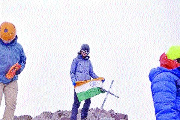 mahak jyoth flown the tricolor on the mount bonnet