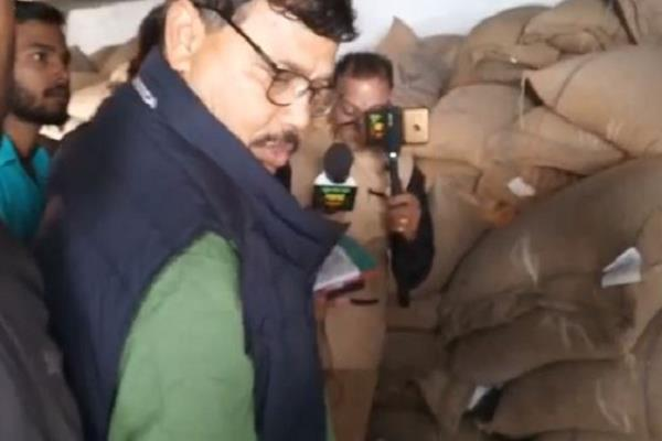 a surprise inspection of the minister at the shops of ration shops