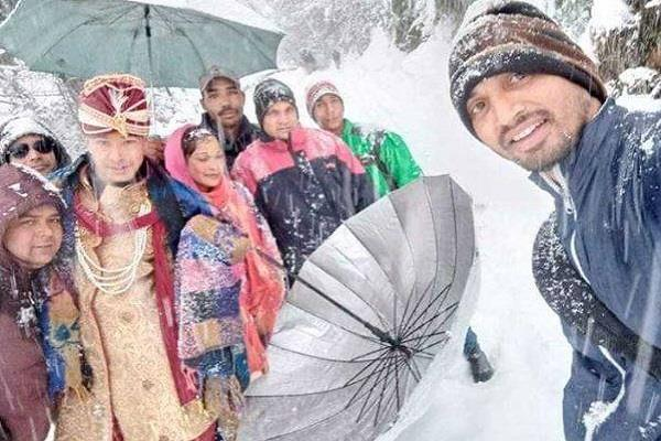 groom has walk with 3 feet snow for his marriage