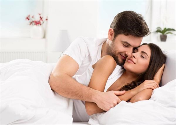 बेडरूम के ये 8 वास्तु टिप्स पार्टनर के बीच बनाएं रखते है प्यार