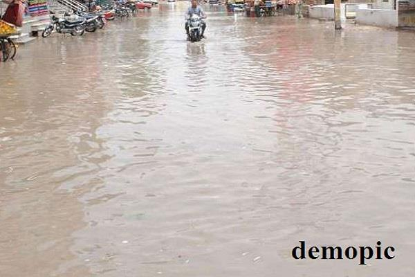 fury in people due to the accumulation of dirty water in the market