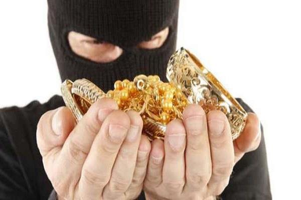 cash and jewelery stolen by damging the house