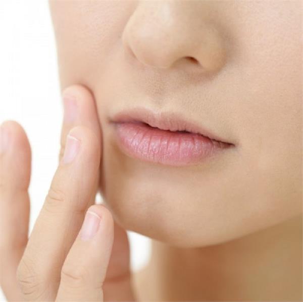 क्या आपके भी बार-बार फटते हैं होंठ? तो अपनाएं ये टिप्स