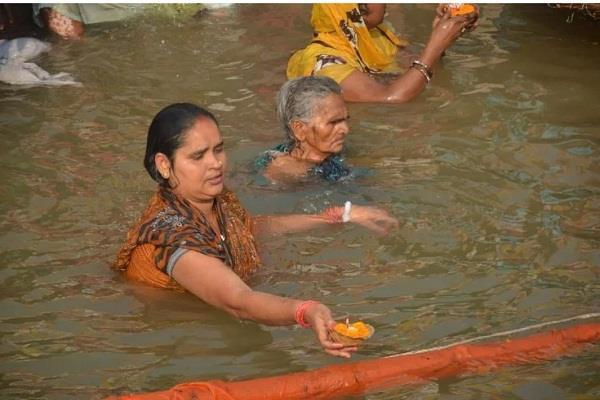 the devotees take bath on the harki pauri