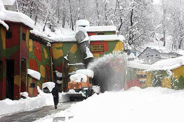 life in kashmir affected by snowfall