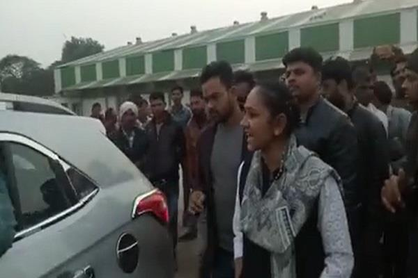 lady singham seen in action carried fugitives to farmers police stations