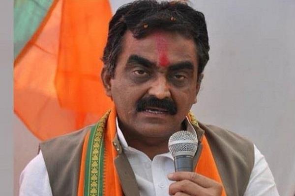 rakesh singh attacks on congress