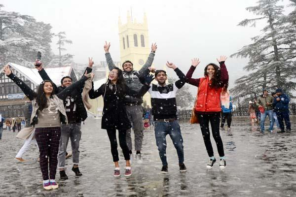 tourists enjoy in the first snowfall of the season in the queen of hills shimla