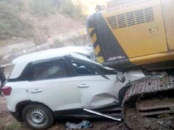 speeding car go under the jcb 4 youth injured